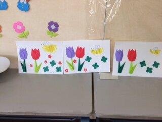 足形スタンプを「ミツバチ」にし、お花畑のイメージで製作♪