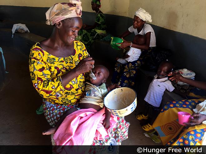 ブルキナファソの母子保健センターでは、栄養不良の乳幼児に栄養がゆを提供